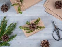 Handgemachtes Geschenk des Weihnachtsfeiertags im Kraftpapier Stockfotografie