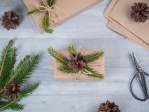 Handgemachtes Geschenk des Weihnachtsfeiertags im Kraftpapier Stockfotos