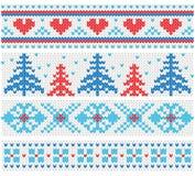 Handgemachtes gestricktes Grenzmuster mit Weihnachtsbäumen und Herzen, skandinavische Verzierungen Stockfotos