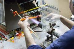 Handgemachtes Glas stellt Detailfeuer der kreativen Arbeit dar Stockfoto