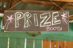 Handgemachtes Kreide-Zeichen verweist Karnevals-Gönner auf Prize Stand Stockbilder