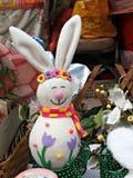 Handgemachtes lächelndes weißes Kaninchenhäschen mit den langen Ohren Stockfotografie