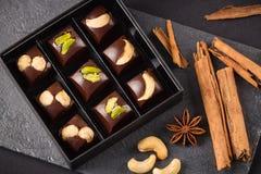 Handgemachtes Luxusbonbon mit Nüssen in der Geschenkbox Stockfotos