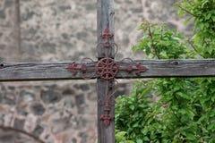 Handgemachtes Metallkreuz auf einem gealterten hölzernen Kreuz lizenzfreie stockbilder