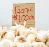 Handgemachtes Pappzeichen mit Knoblauch für Verkauf Stockfotos