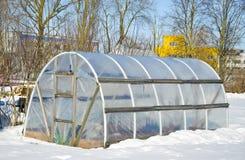 Handgemachtes Polythengewächshaus für Gemüse im Winter auf Schnee Lizenzfreies Stockfoto