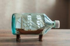Handgemachtes Schiff in einer Flasche Stockfotografie