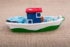 Handgemachtes Segelboot auf Segeltuch Stockfoto