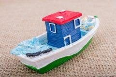 Handgemachtes Segelboot auf Segeltuch Stockbilder