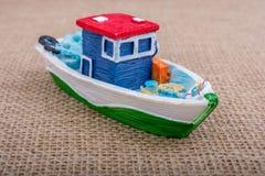 Handgemachtes Segelboot auf Segeltuch Stockfotos