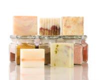 Handgemachtes Seifen- und Krautmaterial Stockfotos