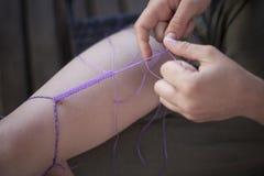 Handgemachtes Seil macht macramé Konzept in Handarbeit stockfotografie