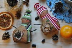Handgemachtes Spielzeug des netten Schneemannes zwei auf einem hölzernen Hintergrund Stockfoto