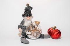 Handgemachtes Spielzeug mit Weihnachtsbällen stockbilder