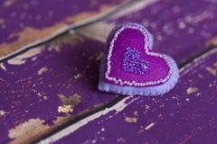 Handgemachtes Textilveilchen glaubte Spielzeugherzen mit Perlen Stockbilder