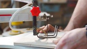 Handgemachtes und Handwerkskonzept Tischler engagierte sich, wenn er Holz an der Sägemühle verarbeitete stock video