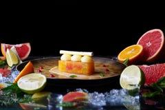 Handgemachtes Zitrusfruchttörtchen mit Zitrusfrüchten Stockbilder