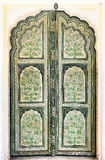 Handgemalte alte Türen innerhalb Hawa Mahal. Lizenzfreies Stockbild