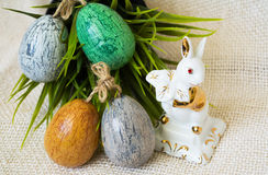 Handgemalte Ostereier und Porzellankaninchen Stockbild