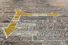 Handgemalte Richtungspfeile, die heraus 1 von 4 parken Stockbilder