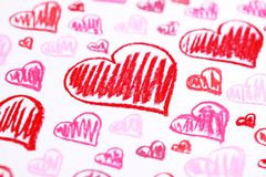Handgemalte rote Herzen. Pastell weißt abstrakten Hintergrund des Valentinstags lizenzfreie stockbilder