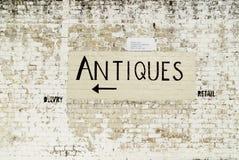 Handgemaltes Antiquitätenszeichen auf Bahnwand Lizenzfreie Stockfotos