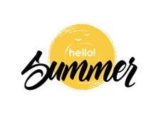 Handgeschriebene Beschriftung hallo der gezeichneten Bürste des Sommers an Hand maserte Sonne vektor abbildung