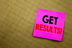 Handgeschriebene Texttitelvertretung erhalten Ergebnisse Geschäftskonzeptschreiben für Achieve Ergebnis geschrieben auf klebriges Lizenzfreie Stockfotografie
