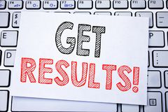 Handgeschriebene Texttitelvertretung erhalten Ergebnisse Geschäftskonzeptschreiben für Achieve Ergebnis geschrieben auf klebriges Stockbilder