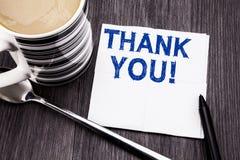 Handgeschriebene Textvertretung danken Ihnen Geschäftskonzept für die Dank-Mitteilung, die auf das Seidenpapiertaschentuch auf de Stockfotografie