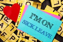 Handgeschriebene Textvertretung I m sind auf Krankheitsurlauben Begriffsfoto Ferien-Feiertag abwesend aus dem Büro-Krankheits-Fie stockfotos