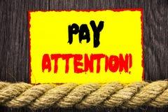 Handgeschriebene Textzeichenvertretung Lohn-Aufmerksamkeit Begriffsfoto gibt aufpassen die aufmerksame Warnung acht, die auf kleb lizenzfreie stockfotos