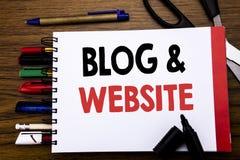 Handgeschriebener Text, der Blog-Website zeigt Geschäftskonzept für das Blogging Sozialnetz geschrieben auf Notizbuch, hölzerner  Stockbild