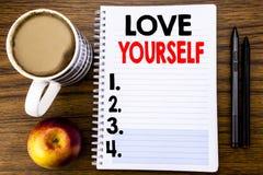 Handgeschriebener Text, der Liebe sich zeigt Geschäftskonzept für positiven Slogan für Sie geschrieben auf Notizblockbriefpapier  Stockbild