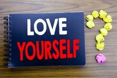 Handgeschriebener Text, der Liebe sich zeigt Geschäftskonzeptschreiben für positiven Slogan für Sie geschrieben auf das Notizbloc Stockbilder