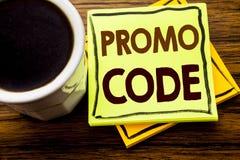 Handgeschriebener Text, der Promo-Code zeigt Geschäftskonzept für Förderung für das on-line-Geschäft geschrieben auf klebriges Br Lizenzfreie Stockfotos