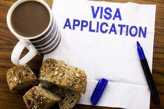 Handgeschriebener Text, der Visumsantrag zeigt Geschäftskonzept für Pass Apply geschrieben auf Seidenpapier auf den hölzernen Hin stockfotos