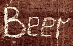 Handgeschriebenes Aufschrift BIER mit Kreide lizenzfreie stockfotografie