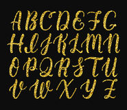 Handgeschriebenes lateinisches Kalligraphiebürstenskript von Großbuchstaben Goldfunkelnalphabet Vektor lizenzfreie abbildung