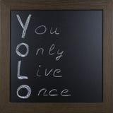 Handgeschriebenes YOLO auf einer Tafel Stockfoto