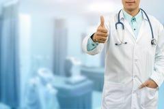 Handgest för doktor Showing Thumbs Up royaltyfri fotografi