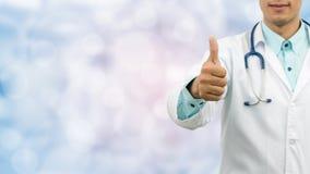 Handgest för doktor Showing Thumbs Up royaltyfria bilder