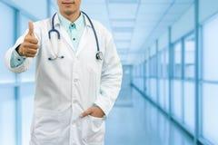 Handgest för doktor Showing Thumbs Up arkivbilder