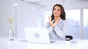 Handgest som ska förnekas och att kassera den härliga kvinnan på arbete stock video