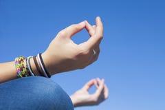 Handgest - yogameditation arkivfoto