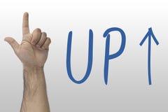 Handgesten visar upp UPP text med en övre pil handtecken uppför trappan Räcka att peka uppåt på whiteboard med text upp Royaltyfri Fotografi