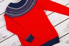 Handgestrickte Strickjacke des Rotes Woll Stockfoto