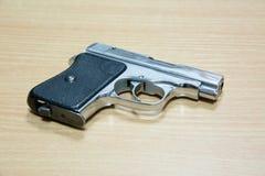 Handgewehr gelegt auf den Holztisch Lizenzfreies Stockfoto