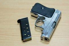 Handgewehr gelegt auf den Holztisch Stockbild