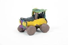 Handgjord bil från plasticine, barnleksak Royaltyfria Foton